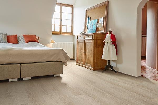 Slaapkamer met een lichte vloer