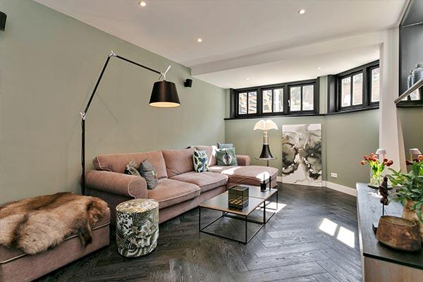 Donkere vloer in een woning